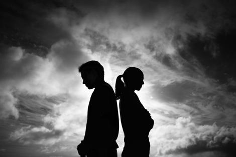 kvinde og mand der står mod ryggen til hinanden